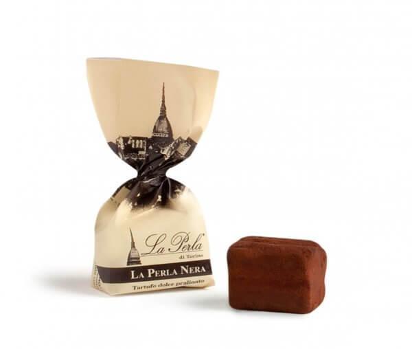 schwarzer-schokoladetrueffel-mit-und-ohne-verpackung
