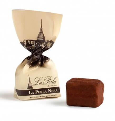 einzelner schwarzer-schokoladetrueffel-mit-und-ohne-verpackung