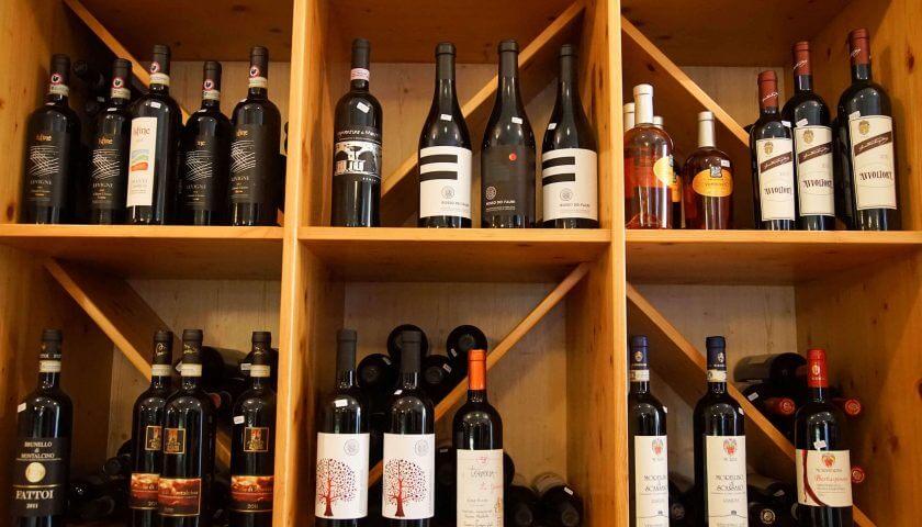 weinflaschen im regal im geschaeft non solo vino