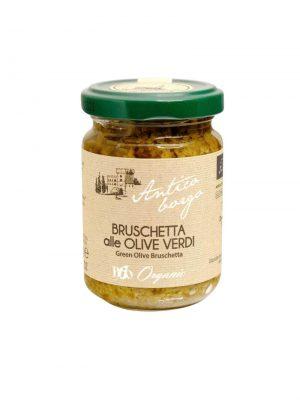 bruschetta von gruenen oliven im glas aufstrich fuer crostini aus der toskana