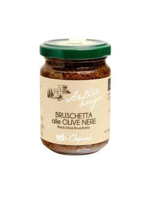 bruschetta von schwarzen oliven als aufstrich fuer crostini im glas aus der toskana