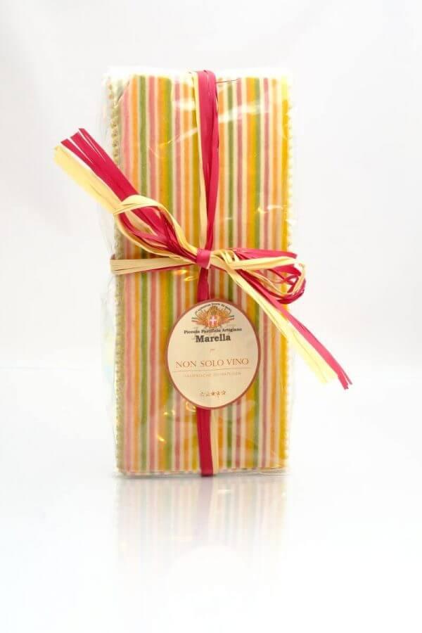 bunte lasagne blaetter gestreift mit gemuese gefaerbt von pasta marella aus apulien