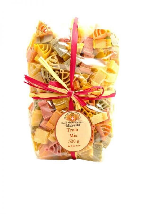 bunte nudeln in form von trulli typische hausform in apulien von pasta marella