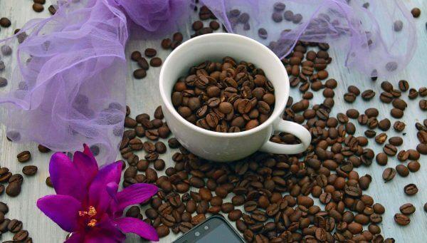 espresso bohnen in weisser tasse