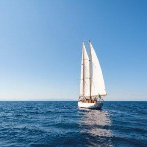segelboot auf dunkelblauem meer