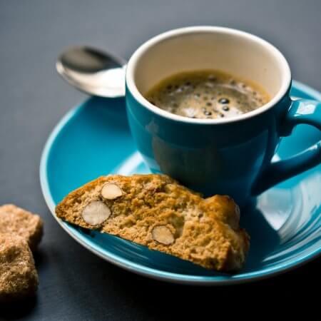 espresso in blauer tasse mit cantucci mandelkeks