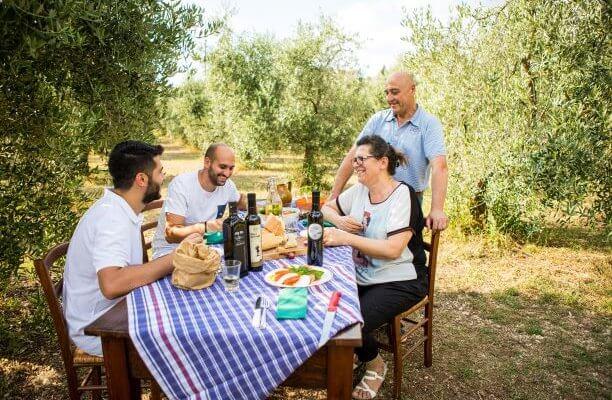 familie gaudenzi unter olivenbäumen