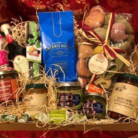 geschenkskorb mit verschiedenen italienischen delikatessen