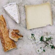 käse und weissbrot auf weisser marmorplatte