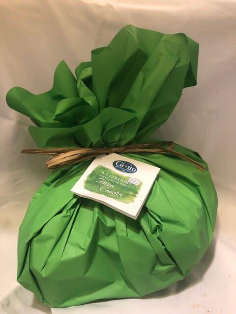grün verpackte ostertaube mit rosinen