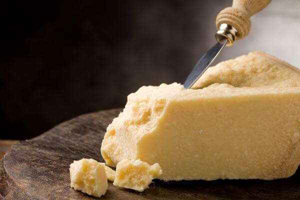 grosses stück parmesan mit parmesanmesser