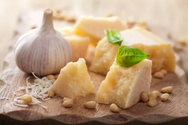 parmesan mit pinienkernen und knoblauch